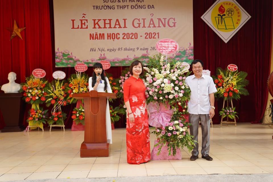Hình ảnh có thể có: 3 người, mọi người đang đứng và hoa
